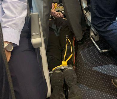 Pasażera obezwładniono, wiążąc mu ręce i nogi