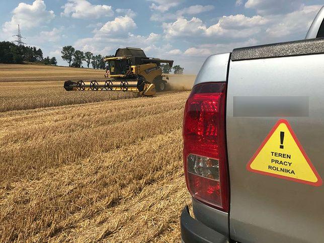 Rolnicy muszą się tłumaczyć policjantom z pracy w polu