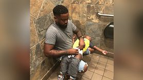 Ojcowie też chcą przewijać dzieci. Zdjęcie stało się viralem (WIDEO)