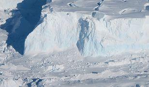 We wnętrzu lodowca znajduje się ogromna szczelina
