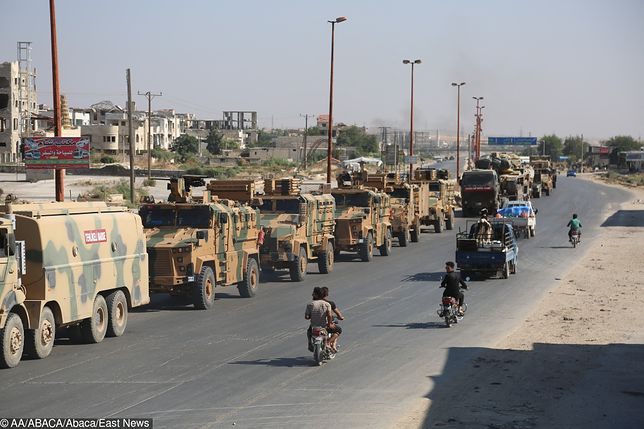 Wojska tureckie przejeżdżają przez północną część prowincji Idlib w Syrii 19 sierpnia.