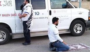 Koronawirus w Izraelu. Dwaj ratownicy medyczni modlą się jednocześnie