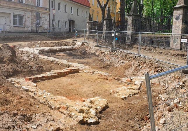 Fundamenty starego kościoła katolickiego, którego lokalizacji nikt nie znał, już się pokazują spod ziemi. Odkrycie zawdzięczamy dociekliwości Ewy Szumskiej i Piotra Romanowskiego, badaczy historii Złotego Stoku