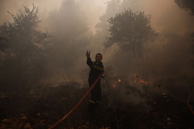 Strażak walczy z pożarem (zdjęcie ilustracyjne)