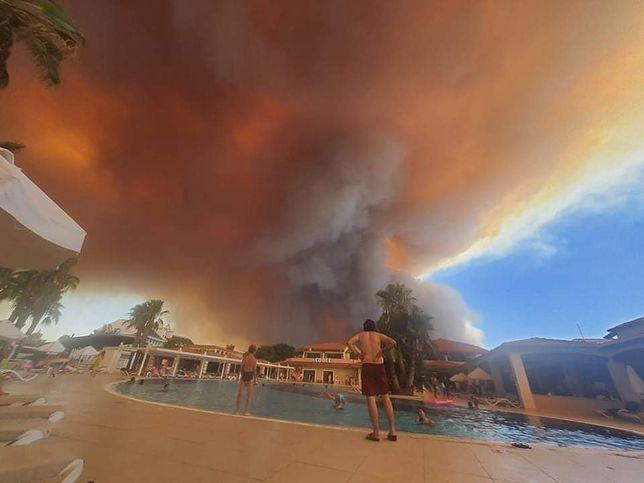 Dym unosi się nad popularnymi kurortami turystycznymi w Turcji