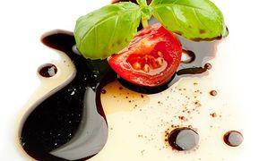Ocet balsamiczny jest aromatycznym dodatkiem do wielu dań.