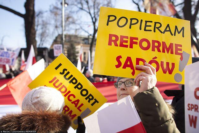Warszawa. Demonstracja w obronie reformy sądownictwa przed siedzibą Trybunału Konstytucyjnego, 8 lutego br.