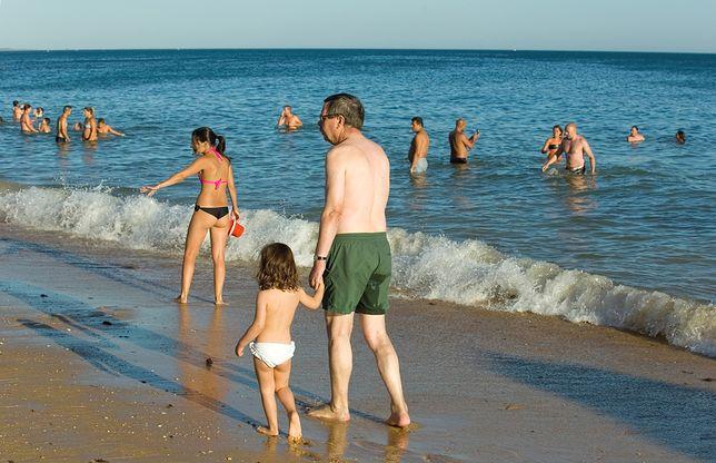 Nagie dzieci na plaży – czy istnieje granica wieku, której powinni trzymać się rodzice?