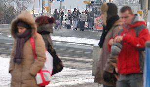 Niektórzy pasażerowie przebiegają na czerwonym świetle, by zdążyć na tramwaj