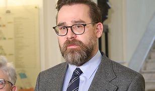 """Andrzej Duda podpisał """"ustawę kagańcową"""". Bartłomiej Przymusiński: to oznacza stan wyjątkowy"""