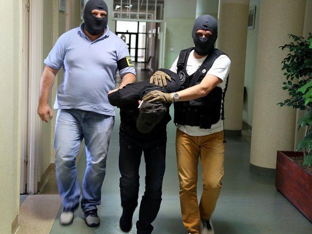 Policjanci z zatrzymanym mężczyzną.