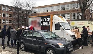 Wóz z drastycznymi ilustracjami martwych płodów zaparkował przed jednym z warszawskich liceów