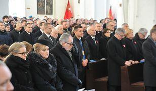 Ostatnie pożegnanie Adamowicza. Urzędnicy państwowi w dalszych rzędach