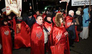 Toruń. Protest przeciwko wystawie artystki. Wspólna modlitwa i różaniec