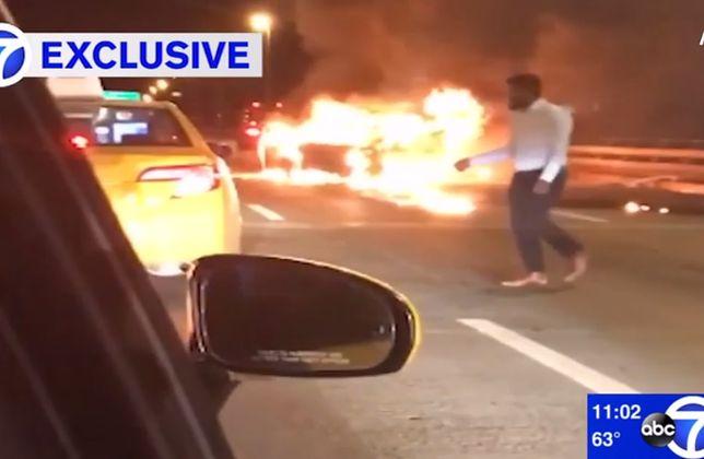 Porażające wideo z USA. Wysiadł z płonącego auta, zostawił pasażerkę