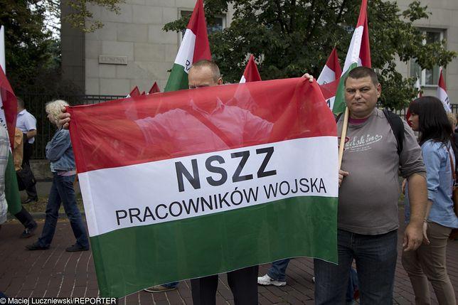 Związkowcy z NSZZ Pracowników Wojska podczas manifestacji w czerwcu 2014 roku