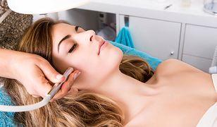 Peeling kawitacyjny wykonywany jest przy pomocy scrubbera.