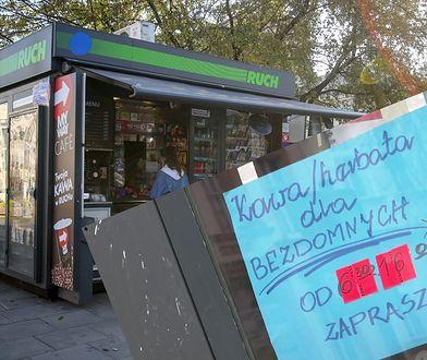Właścicielka kiosku w Szczecinie pomaga bezdomnym. Rozdaje im kawę i herbatę