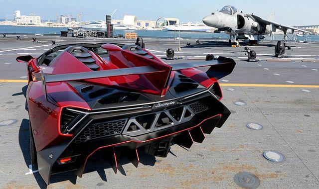 Lamborghini Veneno Roadster: premiera na lotniskowcu