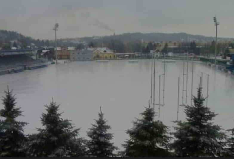 Pogoda rujnuje polskie stadiony. Niecodzienna sytuacja w Sanoku