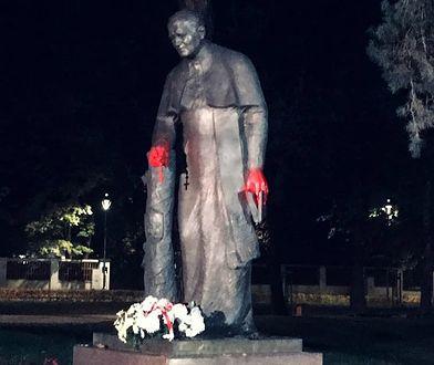 Strajk kobiet. Konstancin-Jeziorna. Zniszczono pomnik Jana Pawła II