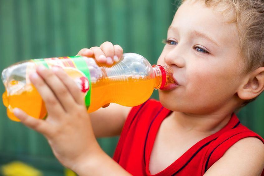 Pozwalanie na picie dużej ilości słodkich napojów