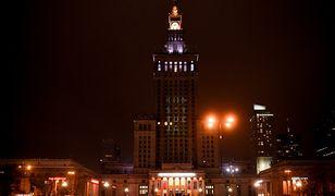 """Warszawa: napis """"konstytucja"""" wyświetlony na Pałacu Kultury i Nauki"""