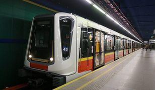"""ZTM apeluje o rozsądek przy wsiadaniu do metra. """"Zablokowane drzwi mogą uszkodzić cały skład"""""""