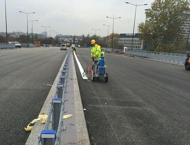 Malowanie pasów na Moście Łazienkowskim. Przeprawą pojedziemy wcześniej?