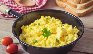 Ten przepis jest genialny. Usmażysz jajecznicę bez tłuszczu