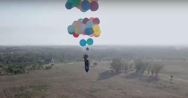 Wzniósł się w powietrze dzięki balonom napełnionym helem.