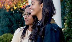 Barack Obama i jego nastoletnie córki na Święcie Dziękczynienia