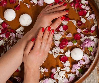 Pielęgnacja dłoni w wodnych kąpielach z ekstraktami z roślin lub wyciągiem z ziół to doskonały na sposób na nawilżenie skóry