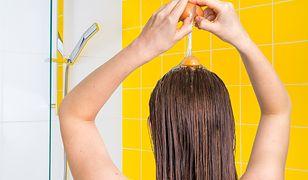 Żółtka jaj możemy nakładać na włosy w formie maseczki lub używać jak szamponu