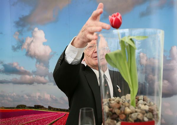 """Nowa odmiana tulipana imienia """"Generał Stanisław Maczek"""". Tulipan ochrzczony został przez syna generała Stanisława Maczka, prof. Andrzeja Maczka"""
