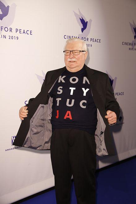 """Lech Wałęsa z Catherine Deneuve. W koszulce z napisem """"konstytucja"""""""