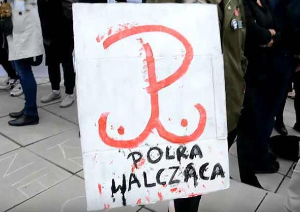 Zapadł wyrok ws. dorysowania piersi, do znaku Polski Walczącej. Decyzja sądu wywołała burzę