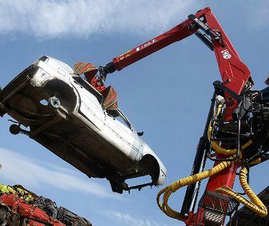 Akcja usuwania porzuconych aut w Płocku