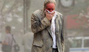 Nowy Jork, USA, 12.09.01. Mężczyzna, zakrywając usta chustką, idzie ulicą Nowego Jorku po osunięciu się wieżowców World Trade Center po atakach terrorystycznych we wtorek, 11 bm. (fal) PAP/EPA (Stan HONDA)