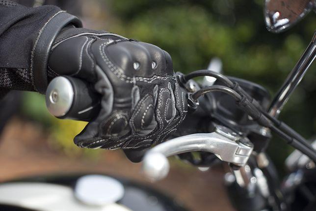 Rękawice motocyklowe chronią przed zimnem i kontuzjami.