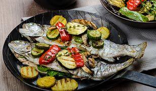 Aromatyczna rybka z piekarnika. Pstrąg pieczony z warzywami