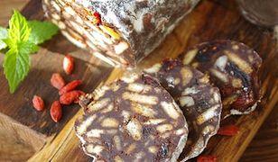 Czekoladowe salami bez pieczenia. Przysmak z PRL-u w pysznej wersji