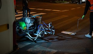 Warszawa. Nocą drogowcy odmalowują zebry na ulicach