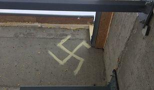 """""""Przez przypadek"""" namalował na bloku swastykę. Interweniowała policja"""