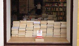 """Nietypowy protest księgarni: na witrynie tylko konstytucja. """"Odłóżmy czytanie i walczmy"""""""