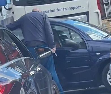 Wielka Brytania. Chwile grozy na stacji paliw. Mężczyzna rzucił się z nożem na samochód