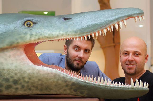 Dr Daniel Tyborowski (z lewej) i dr hab. Błażej Błażejowski (z prawej) prezentują rekonstrukcję głowy olbrzymiego pliozaura z Krzyżanowic