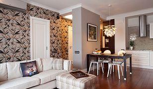 Ściany w salonie: aranżacyjna potęga tapety