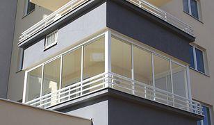Przeszklenie balkonu czy wykonanie zabudowy z pleksi będzie wymagać zdobycia pozwolenia