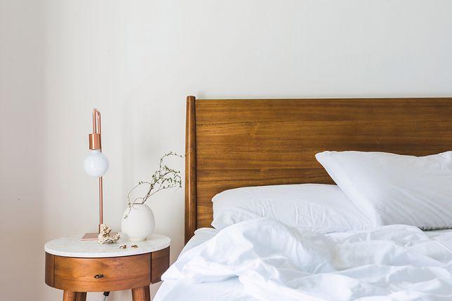 Lampka przy łóżku może być ozdobą pomieszczenia